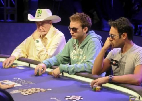 Il nostro Fabrizio Baldassari (a destra) al tavolo del Main Event WSOPE con la leggenda Doyle Brunson (a sinistra)