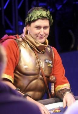 Phil Hellmuth, che ha replicato alle WSOPE il suo travestimento da imperatore romano
