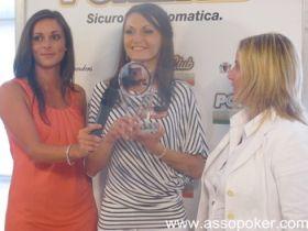 Misha (in mezzo) viene premiata per la sua vittoria nel 'Queens at the tea time'
