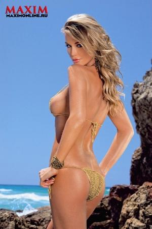In questa pagina, due degli scatti di Joanna Krupa apparsi su Maxim Russia
