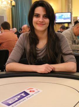 Alessia seduta ai tavoli dell'EPT di Sanremo