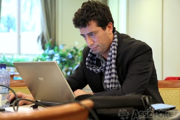 Giulio Astarita in un raro momento di relax all'EPT Sanremo, che lo ha visto protagonista anche da giocatore