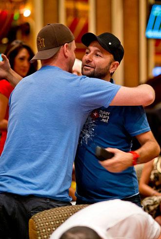 Erick Lindgren (di spalle) abbraccia l'amico Daniel Negreanu subito dopo averlo eliminato dal torneo
