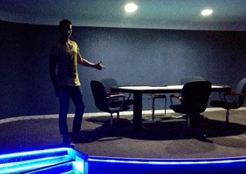 Filippo mostra uno dei tavoli del suo '1 Billion'