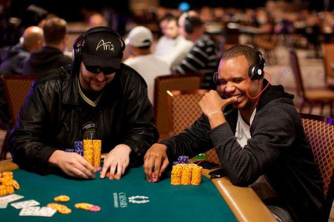 Hellmuth e Ivey: i due Phil uno accanto all'altro in una immagine di repertorio delle WSOP