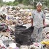 Un bambino guatemalteco, costretto a lavorare in una discarica invece di andare a scuola
