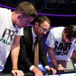 Dan Colman e Olivier Busquet discutono un deal al final table dell'EPT Barcellona Super High Roller