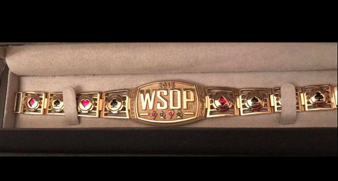 Il braccialetto WSOP nell'ultima foto scattata da Max Pescatori prima di spedirlo al vincitore dell'asta benefica